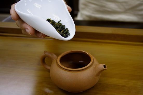 Cho trà vào ấm