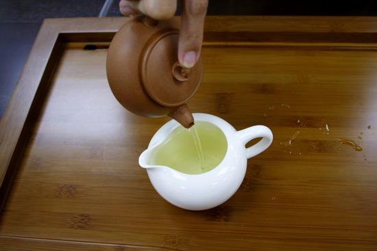 vắt nước tráng trà ra chén tống