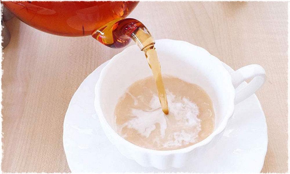 trà đổ vào sữa